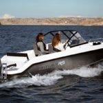Deux femmes naviguant sur un bateau de type Coque Open de la marque Finnmaster, modèle Husky Aluminium R5. Moteur Yamaha.