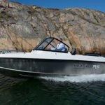 Homme naviguant sur un bateau de type Coque Open de la marque Finnmaster, modèle Husky Aluminium R5. Moteur Yamaha.