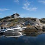 Mise à quai sur le bord d'une île d'un bateau de type Coque Open de la marque Finnmaster, modèle Husky Aluminium R5. Moteur Yamaha.
