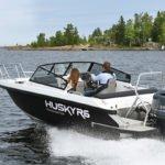 Couple naviguant sur un bateau de type Coque Open de la marque Finnmaster, modèle Husky Aluminium R6. Moteur Yamaha.