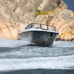 Homme naviguant sur un bateau de type Coque Open de la marque Finnmaster, modèle Husky Aluminium R6. Moteur Yamaha.