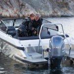 Couple de plongeur sur un bateau de type Coque Open de la marque Finnmaster, modèle Husky Aluminium R6. Moteur Yamaha.