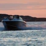 Navigation au soleil couchant d'un bateau de type Coque Open de la marque Finnmaster, modèle Husky Aluminium R6. Moteur Yamaha.