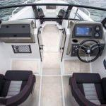 Tableau de bord, volant et siège passager d'un bateau de type Coque Open de la marque Finnmaster, modèle Husky Aluminium R6. Moteur Yamaha.