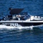 Homme naviguant sur un bateau de type Coque Open de la marque Finnmaster, modèle Husky Aluminium R8S. Moteur Yamaha.