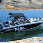 Couple naviguant sur un bateau de type Coque Open de la marque Finnmaster, modèle Husky Aluminium R8S. Moteur Yamaha.