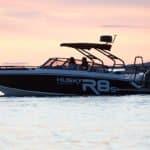 Couple naviguant au coucher de soleil sur un bateau de type Coque Open de la marque Finnmaster, modèle Husky Aluminium R8S. Moteur Yamaha.