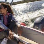 Femme naviguant sur un bateau équipé d'un moteur Yamaha 80 chevaux.