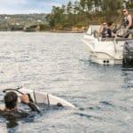 Homme faisant du ski nautique sur un bateau équipé d'un moteur Yamaha 100 chevaux.