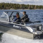Couple naviguant sur un bateau équipé d'un moteur Yamaha 100 chevaux.