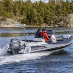 Hommes naviguant sur un bateau équipé d'un moteur Yamaha 100 chevaux.