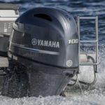 Bateau équipé d'un moteur Yamaha 100 chevaux.
