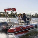 Couple naviguant sur un bateau équipé d'un moteur Yamaha 80 chevaux.