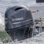 Bateau équipé d'un moteur Yamaha 80 chevaux.
