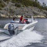 Personnes naviguant sur un bateau équipé d'un moteur Yamaha 80 chevaux.