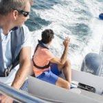 Hommes faisant de la bouée tractée sur un bateau équipé d'un moteur Yamaha 100 chevaux.