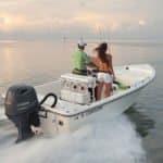 Couple naviguant sur un bateau équipé d'un moteur Yamaha 115 chevaux.