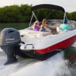 Famille naviguant sur un bateau équipé d'un moteur Yamaha 115 chevaux.