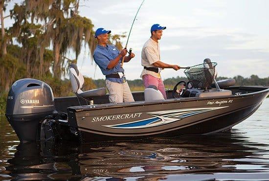 Hommes pêchant sur un bateau équipé d'un moteur Yamaha 115 chevaux.