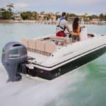 Personnes naviguant sur un bateau équipé d'un moteur Yamaha 150 chevaux.