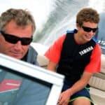 Un père et son fils naviguant sur un bateau équipé d'un moteur Yamaha 150 chevaux.
