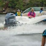 Jeune enfant faisant du ski nautique à l'aide d'un bateau équipé d'un moteur Yamaha 150 chevaux.