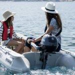 Mère et fille naviguant sur un bateau équipé d'un moteur Yamaha 2.5 chevaux hors-bord.