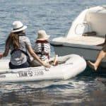 Famille naviguant sur un bateau équipé d'un moteur Yamaha 2.5 chevaux hors-bord.