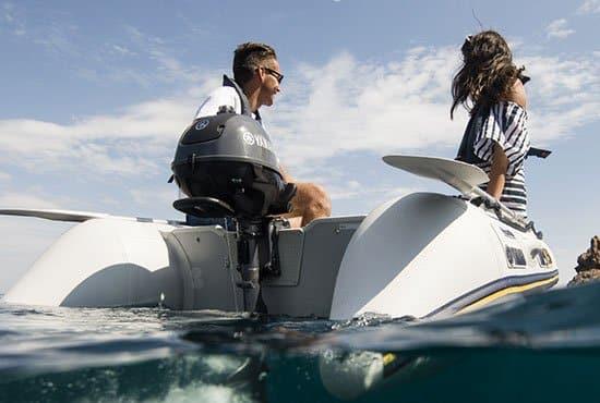 Couple naviguant sur un bateau équipé d'un moteur Yamaha 2.5 chevaux hors-bord.