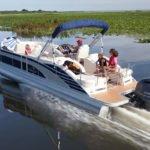 Famille naviguant sur un bateau équipé d'un moteur Yamaha 200 chevaux.
