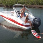 Personnes naviguant sur un bateau équipé d'un moteur Yamaha 200 chevaux.