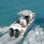 Famille naviguant sur un bateau équipé de moteurs Yamaha 200 chevaux.