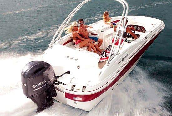Personnes naviguant sur un bateau équipé d'un moteur Yamaha 175 chevaux.