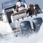 Personnes naviguant sur un bateau équipé de moteurs Yamaha BETX 225 chevaux.