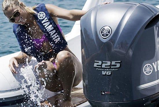 Femme sur un bateau équipé d'un moteur Yamaha BETX 225 chevaux.