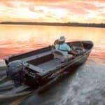 Personnes naviguant au soleil couchant sur un bateau équipé de moteur Yamaha 25 chevaux.