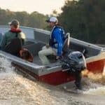 Personnes naviguant sur un bateau équipé de moteur Yamaha 25 chevaux.