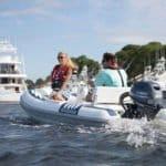Couple naviguant sur un bateau équipé de moteur Yamaha 25 chevaux.