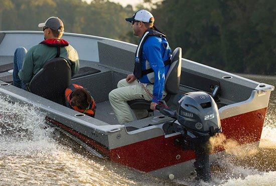 Hommes naviguant sur un bateau équipé d'un moteur Yamaha 25 chevaux.