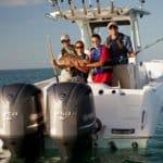 Personnes pêchant sur un bateau équipé de moteurs Yamaha 250 chevaux.