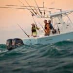 Personnes naviguant sur un bateau équipé de moteurs Yamaha 300 chevaux.