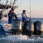 Personnes pêchant sur un bateau équipé de moteurs Yamaha 300 chevaux.