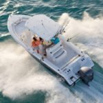 Personnes naviguant sur un bateau équipé de moteurs Yamaha 300-250-225 chevaux.