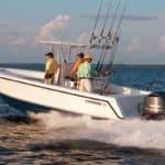 Personnes naviguant sur un bateau équipé de moteurs Yamaha 250 chevaux.