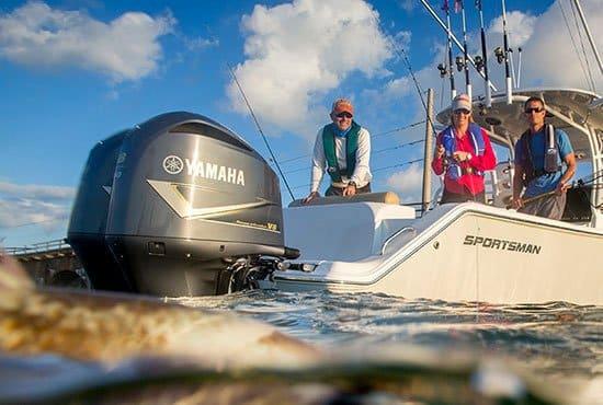 Personnes pêchant avec un bateau équipé de moteurs Yamaha 350 chevaux.