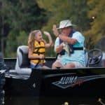 Grand-père et petite-fille pêchant sur un bateau équipé d'un moteur Yamaha 40 chevaux.