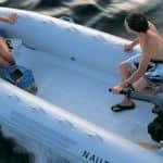 Couple naviguant sur un bateau équipé d'un moteur Yamaha 40 chevaux.