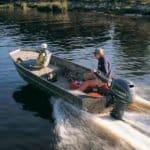 Grand-père et petit-fils naviguant sur un bateau équipé d'un moteur Yamaha 40 chevaux.