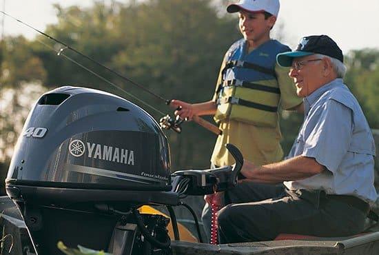 Grand-père et petit-fils pêchant sur un bateau équipé d'un moteur Yamaha 40 chevaux.