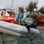 Homme naviguant sur un bateau équipé d'un moteur Yamaha 5 chevaux.